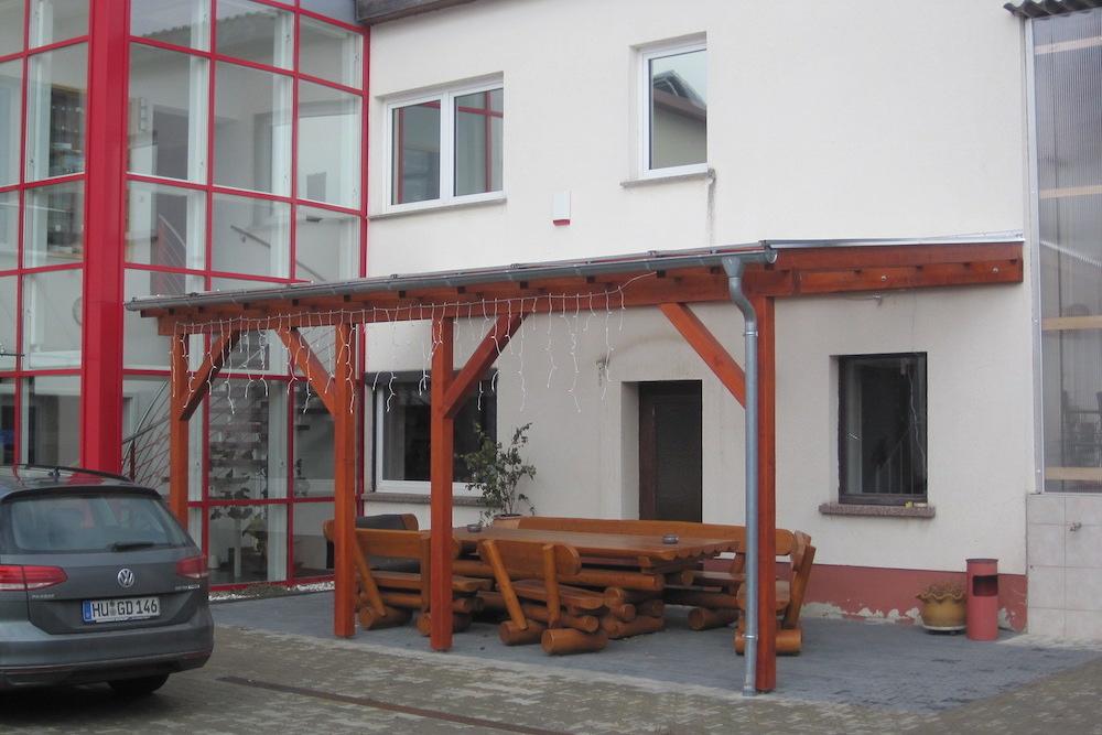 Carport als Sitzflächenüberdachung in einem Dorf zwischen Frohburg und Geithain