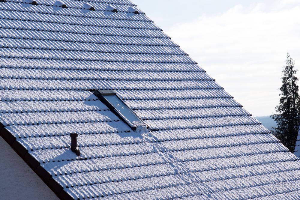 Vor allem in der kalten Jahreszeit wichtig: Das Dach sturm- und winterfest machen