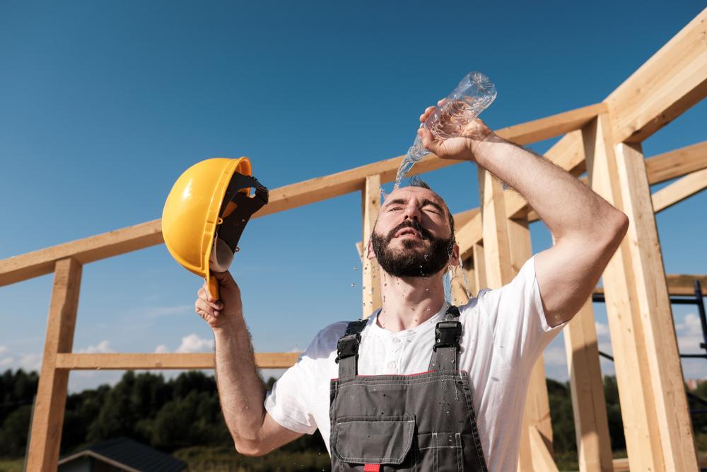 Dachdeckerarbeiten bei Hitze im Sommer – Darauf sollten Sie unbedingt achten!